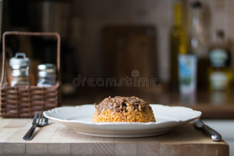 Carne com arroz/alimento biológico do bulgur imagens de stock