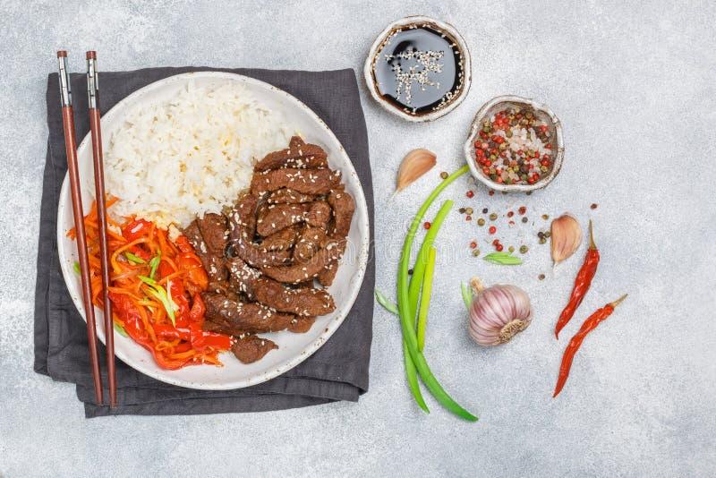Carne com arroz basmati e vegetal-cenouras, pimentas de sino, oni imagem de stock