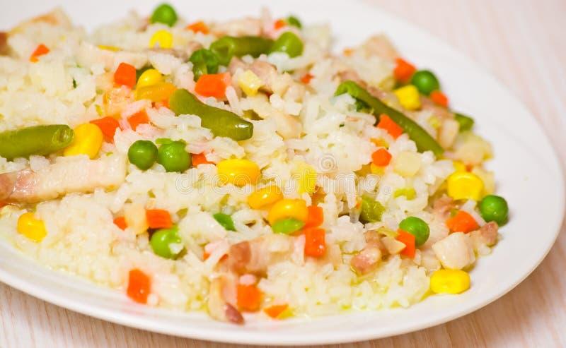 Carne com arroz e vegetais fotografia de stock royalty free