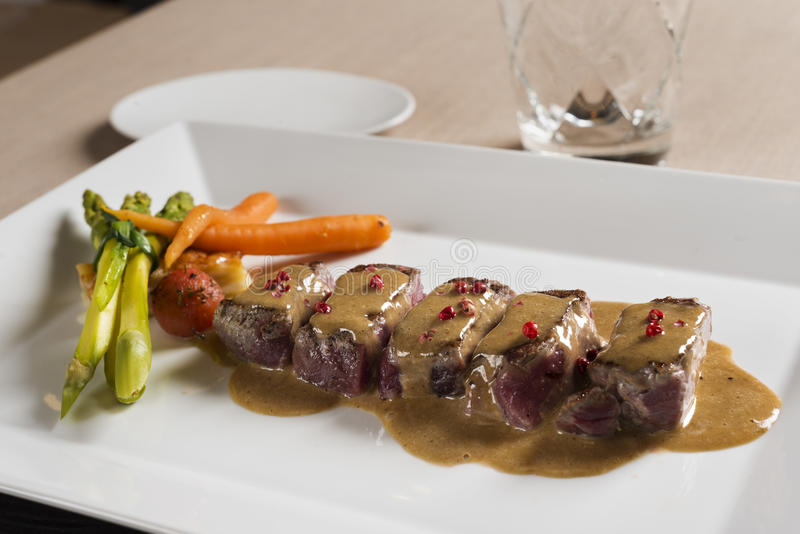 Carne com molho e vegetais imagem de stock