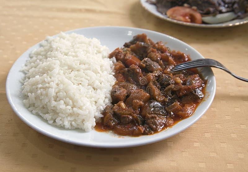 Carne con arroz en una placa fotos de archivo libres de regalías