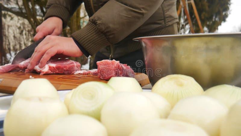 Carne con el cuchillo en tabla de cortar imagenes de archivo