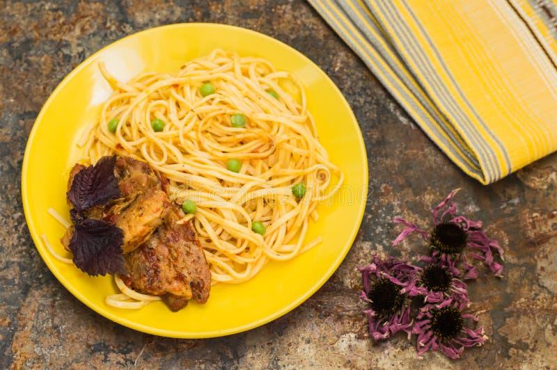 Carne con espaguetis y guisantes Visión superior Primer foto de archivo libre de regalías