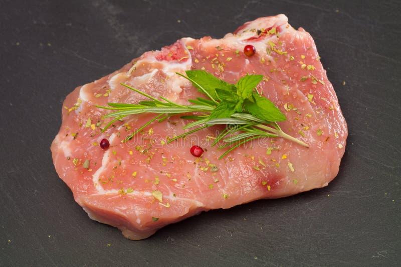 Carne con i rosmarini e la menta fotografia stock