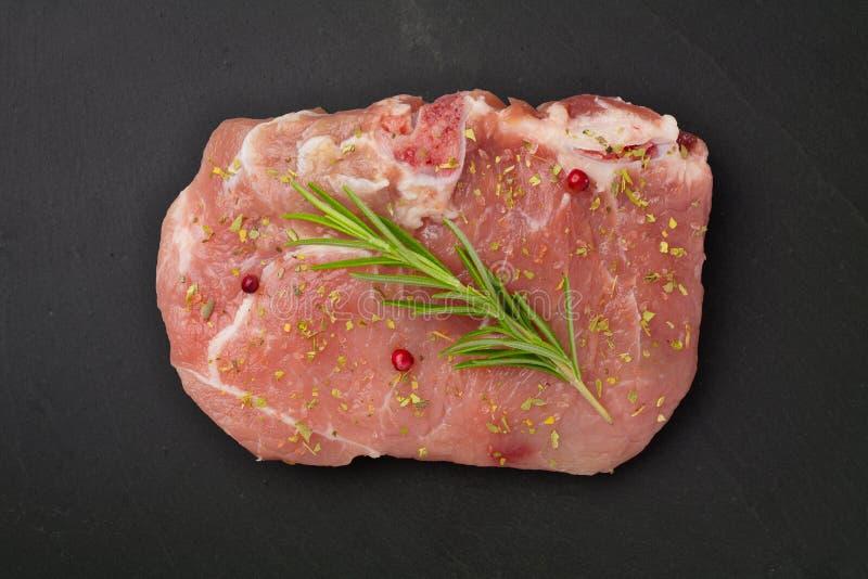 Carne con i rosmarini e le spezie fotografia stock libera da diritti