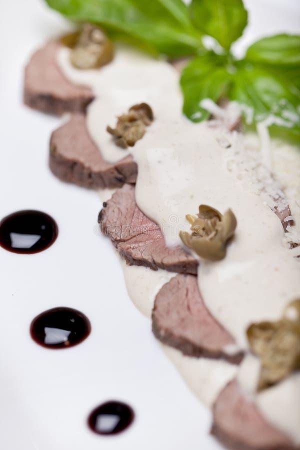 Carne cortada en una placa imagen de archivo libre de regalías