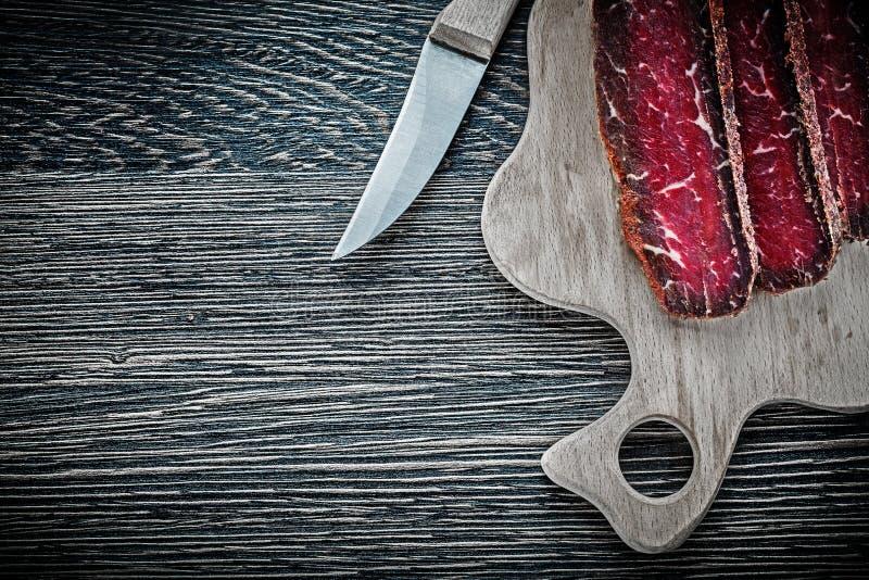 Carne cortada que talla el cuchillo del tablero fotos de archivo libres de regalías