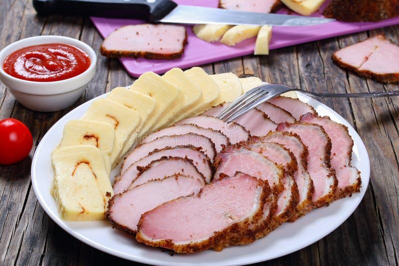 Carne cortada, queso de la mozzarella, salsa de tomate fotografía de archivo