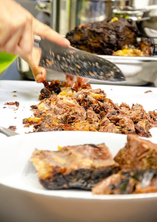 Carne cozinhada corte do cozinheiro chefe fotos de stock royalty free