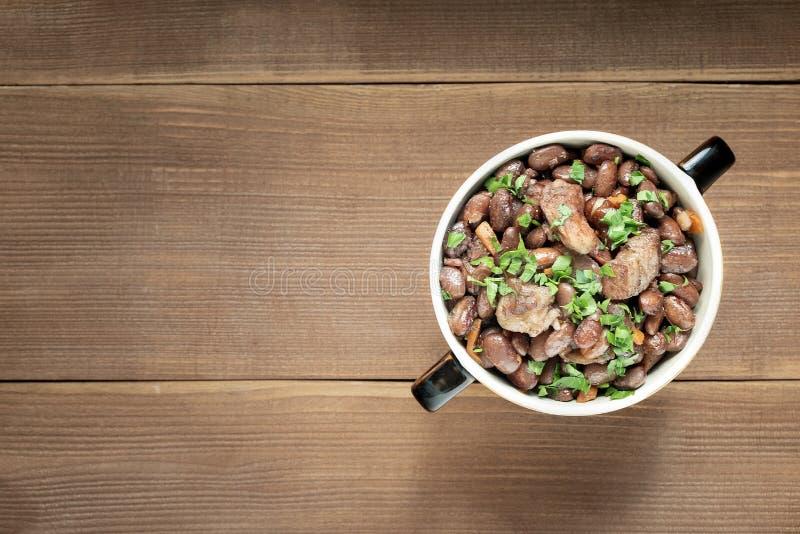 Carne cozinhada das leguminosa em uma bacia em uma tabela de madeira velha Prato nacional Ásia, Europa, América foto de stock