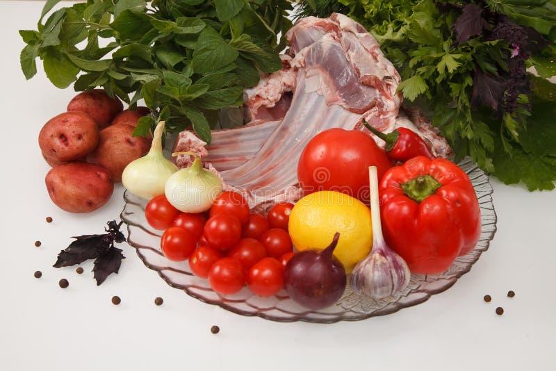 Carne crua do cordeiro com vegetais imagens de stock