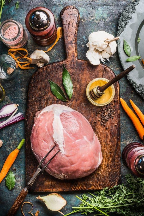 Carne crua do presunto da carne de porco com Honey Mustard Glaze e os ingredientes, preparação na placa de corte envelhecida fotos de stock royalty free