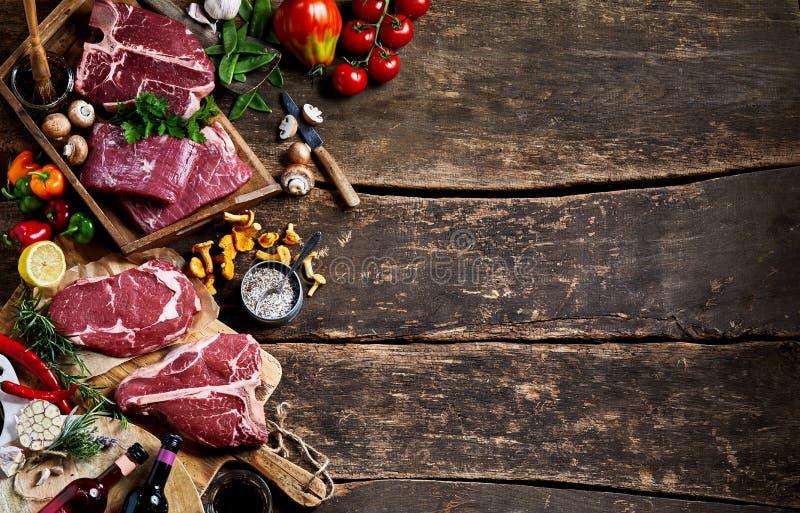 Carne crua e produtos frescos com espaço rústico da cópia fotografia de stock