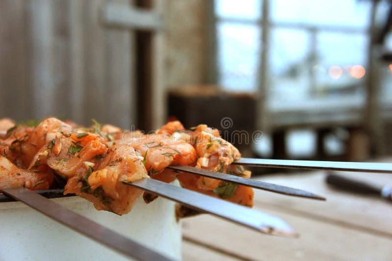 Carne crua em espetos imagens de stock