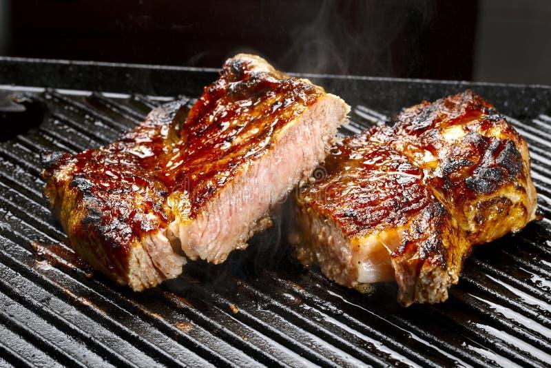 Carne crua na grade imagens de stock