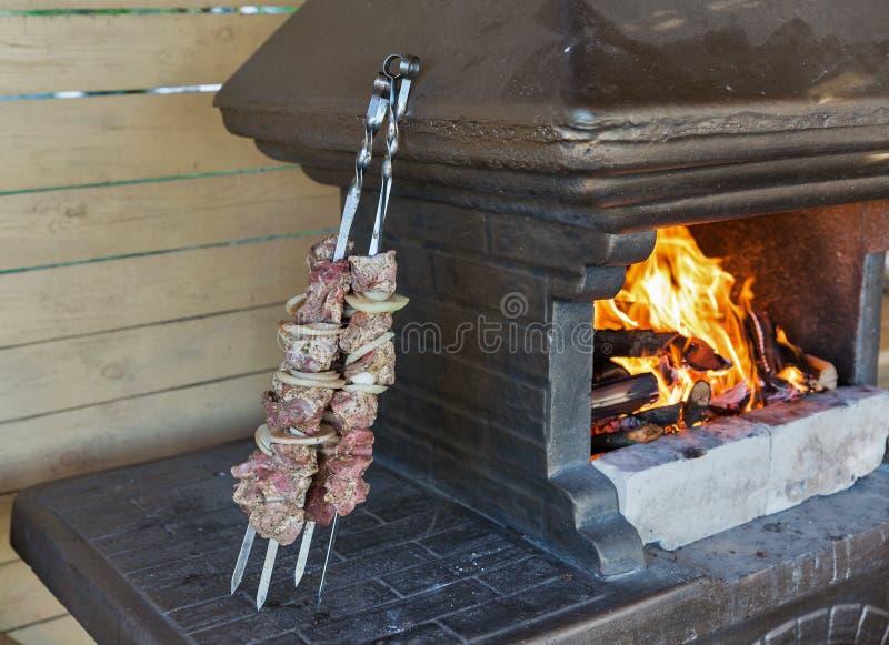 Carne crua para o no espeto amarrada em espetos fotografia de stock