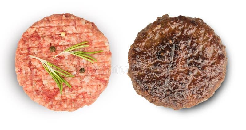 Carne cruda e arrostita con gli ingredienti per cucinare fotografie stock libere da diritti