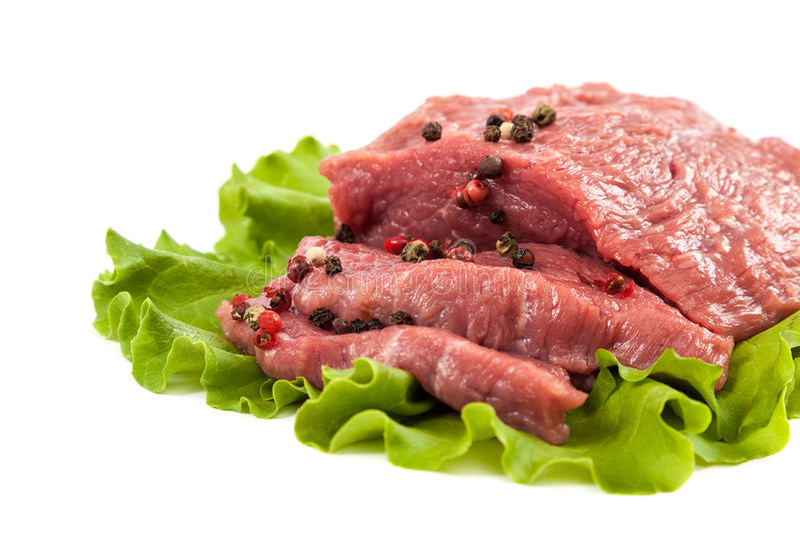 Carne cruda ed insalata verde fresca su fondo bianco immagini stock libere da diritti