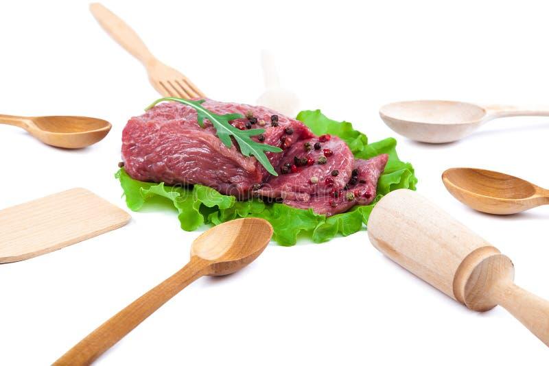 Carne cruda fresca ed utensili di legno della cucina fotografia stock