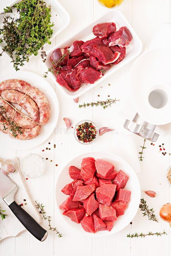 Carne cruda tagliata Il processo di preparazione del ripieno per mezzo di una tritacarne Salsiccia casalinga immagini stock libere da diritti