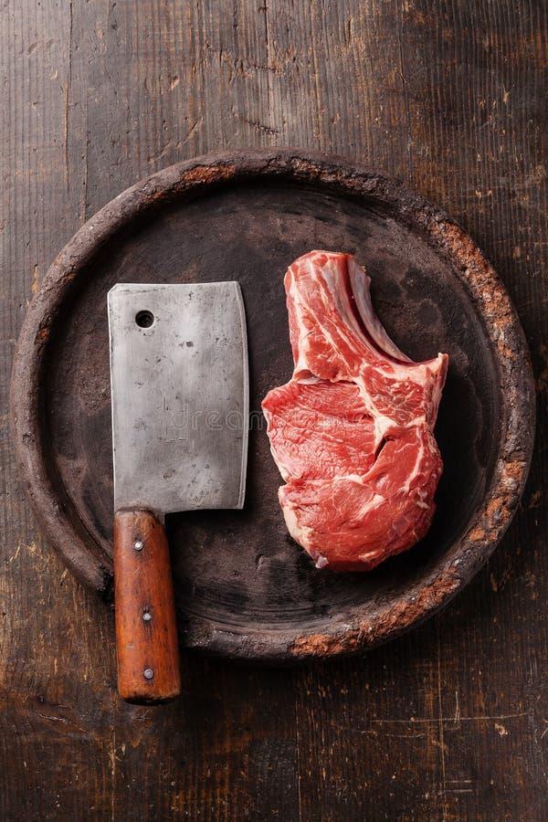 Carne cruda y cuchilla de carne fotografía de archivo libre de regalías
