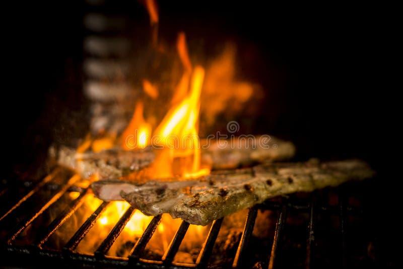 Carne cucinata al fuoco immagini stock