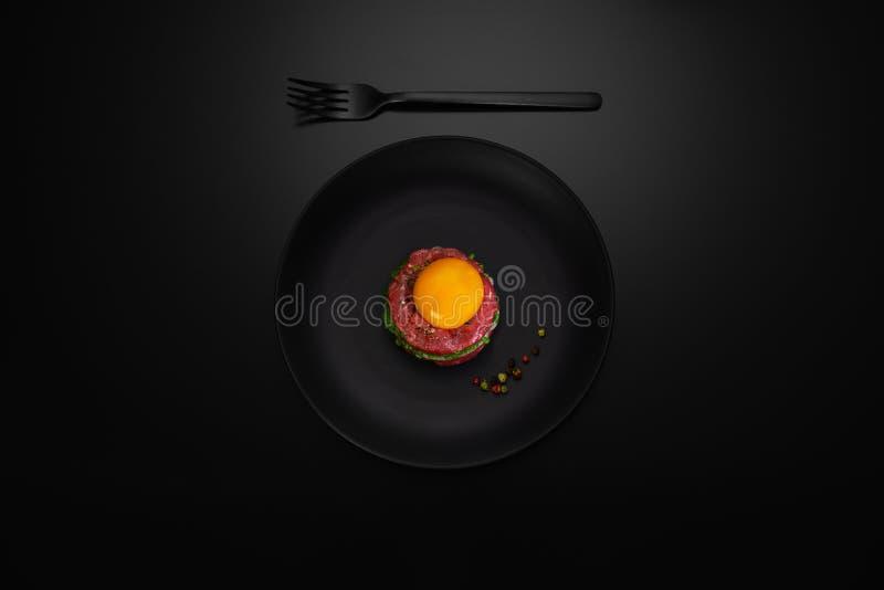 carne da carne do tártaro em uma placa foto de stock