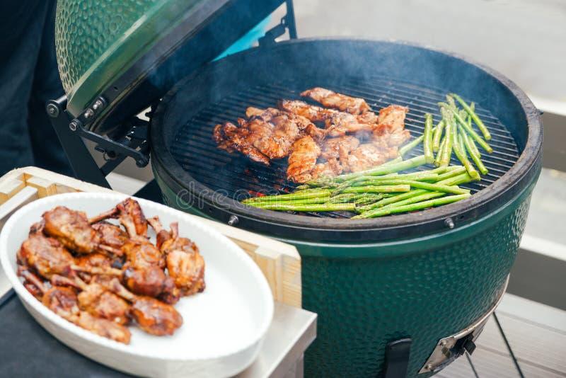 carne da galinha com aspargo grelhado para convidados, amigos Jantando o conceito da nutrição bufete Alimento imagem de stock