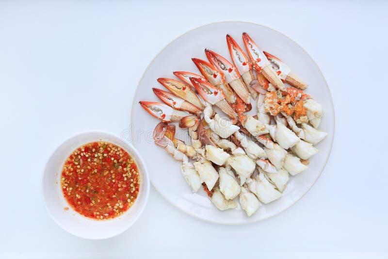 Carne de cangrejo cocida al vapor en placa del círculo con la salsa de inmersión picante de los mariscos del chile en el fondo bl imágenes de archivo libres de regalías