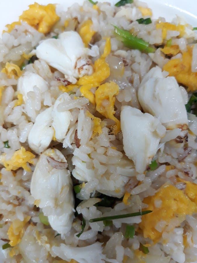 A carne de caranguejo de DIY fritou o arroz com o ovo para sua família É tão fácil e bom para sua charneca A chalota da cebola é  imagens de stock
