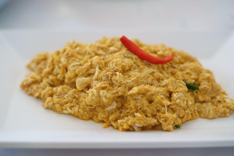 Carne de caranguejo fritada com pó de caril perto acima foto de stock