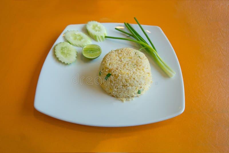 A carne de caranguejo fritou o arroz, estilo tailandês do alimento no foco seletivo fotos de stock