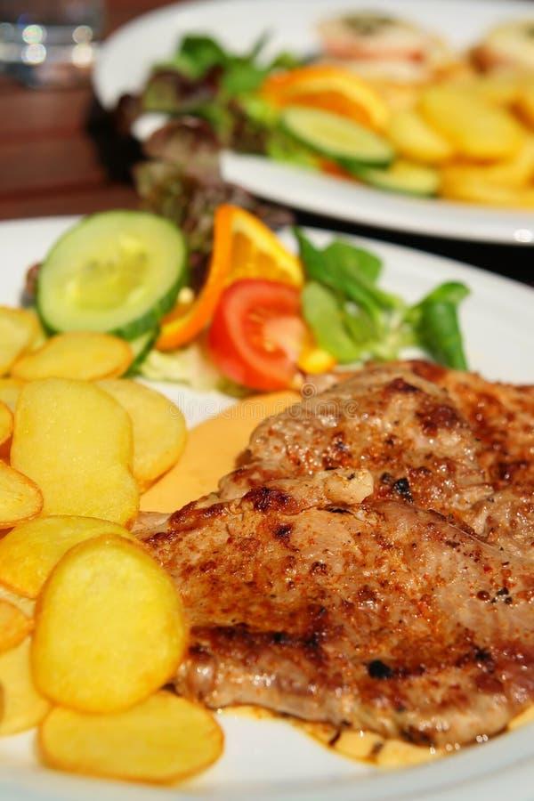 carne de carne de porco com molho piquant imagens de stock