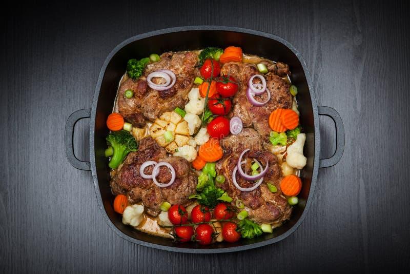 Carne de carne de porco cozida com vegetal imagens de stock royalty free