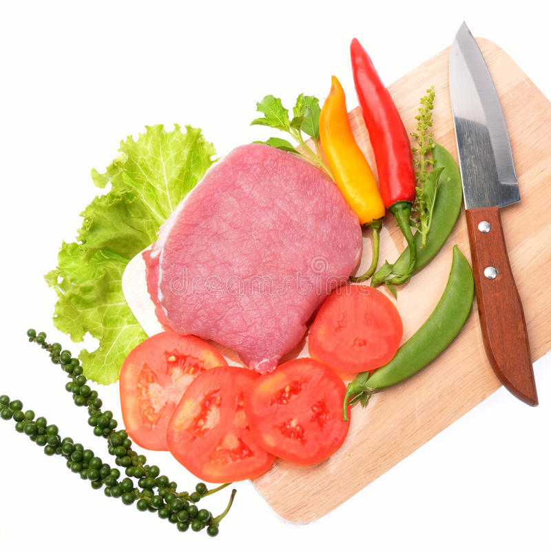 Carne de carne de porco crua com vegetais e ervas foto de stock
