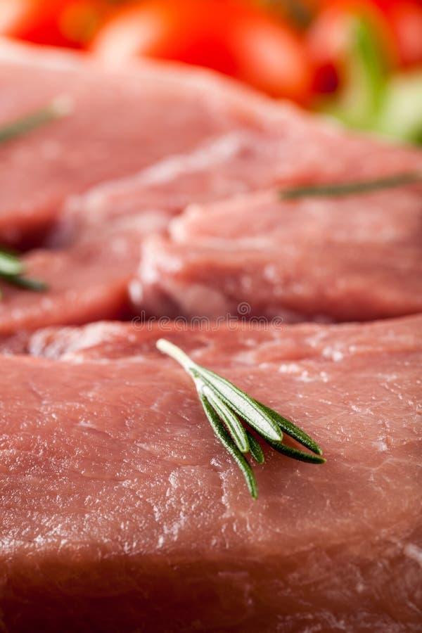 Carne de carne de porco crua e legumes frescos foto de stock