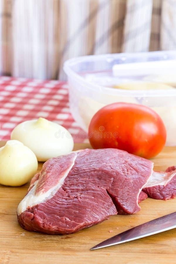 Carne de cerdo cruda en la tabla de cocina foto de archivo libre de regalías