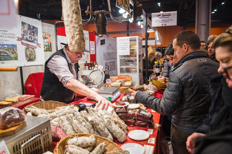 Carne de compra dos povos do carniceiro no mercado coberto foto de stock royalty free