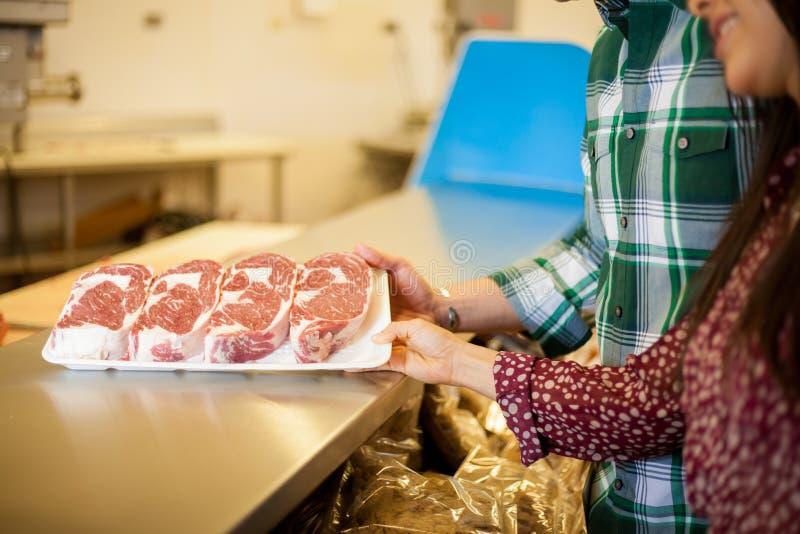 Carne de compra en un supermercado imágenes de archivo libres de regalías