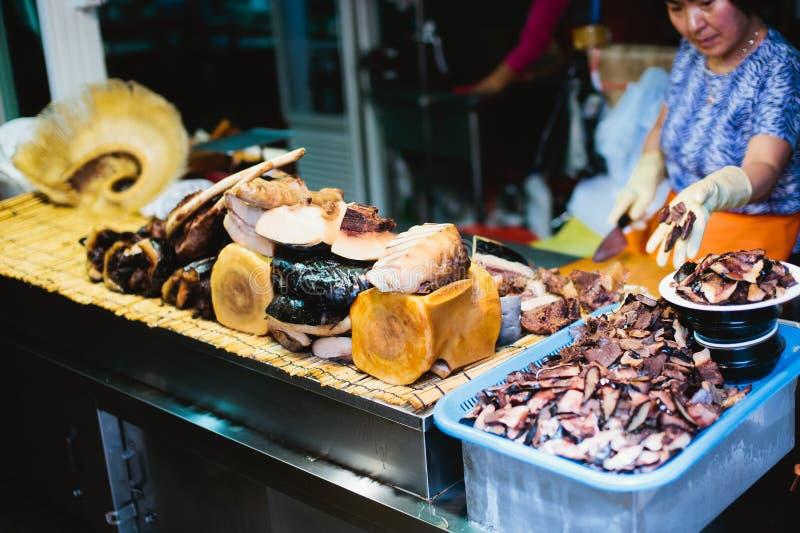 Carne de la ballena para la venta en mercado de pescados asiático fotografía de archivo