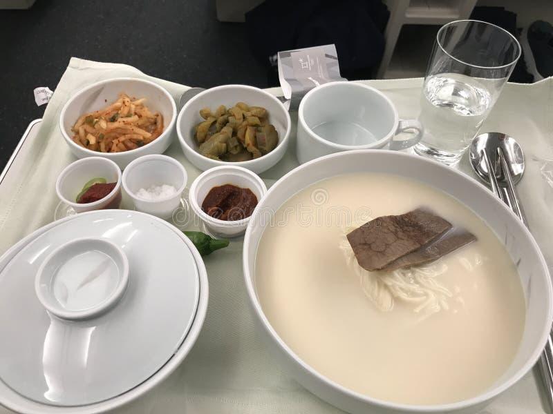 Carne de la clase de negocios de la línea aérea coreana, de la sopa del hueso del buey y de x28; Food& coreano x29; imágenes de archivo libres de regalías