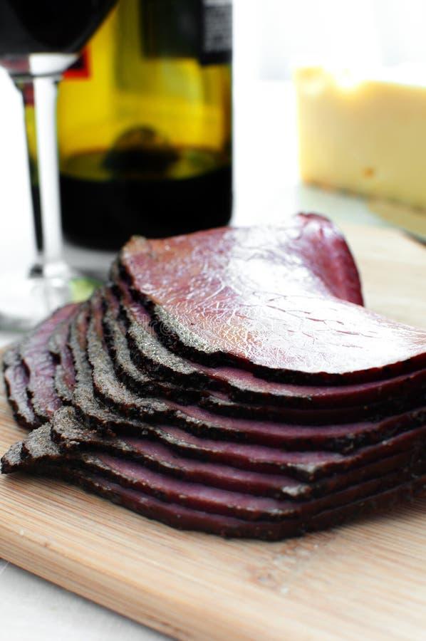 Carne de la tienda de delicatessen rebanada y queso y vino imagenes de archivo
