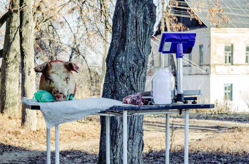 Carne de la venta por agricultores en la calle en el pueblo rural Krapivna imagen de archivo