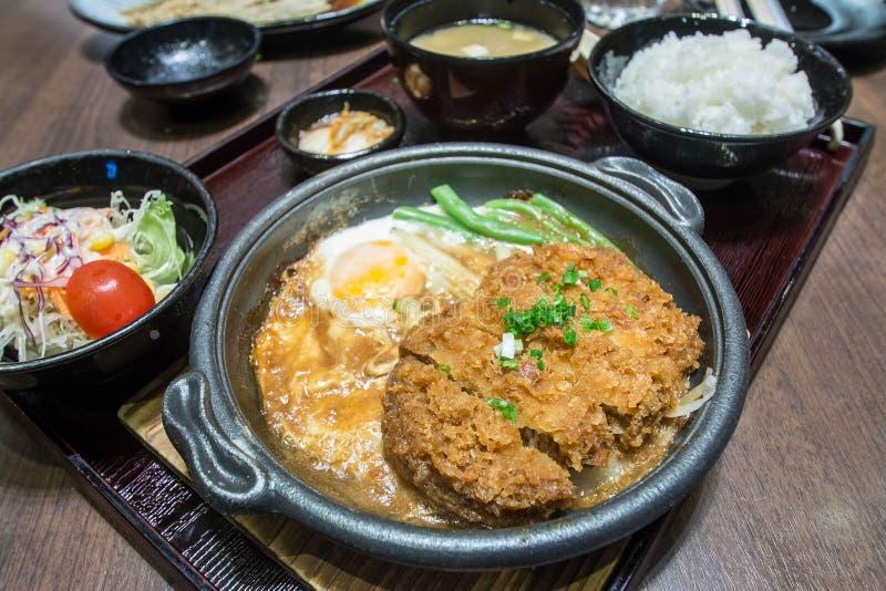 Carne de porco ateada fogo profunda fervida com parte superior fresca do ovo na bacia de arroz foto de stock royalty free