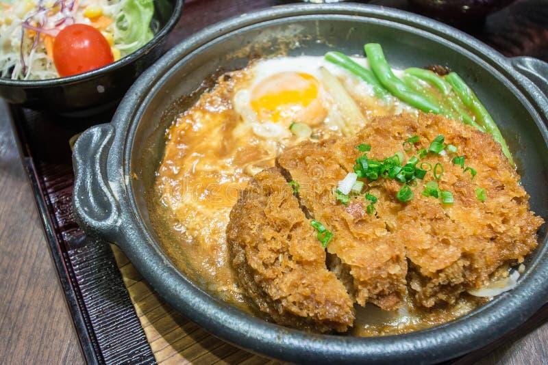 Carne de porco ateada fogo profunda fervida com parte superior fresca do ovo na bacia de arroz imagem de stock