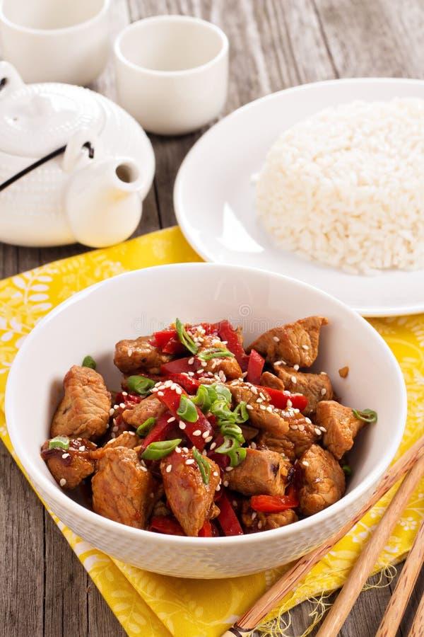 Carne de porco com os vegetais no estilo asiático imagem de stock royalty free