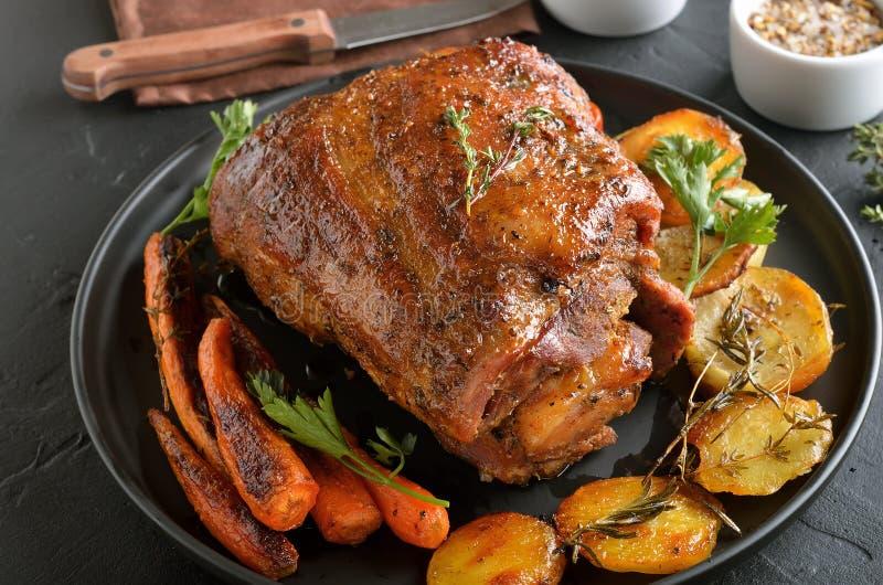 Carne de porco cozida, batatas fritadas e cenouras fotografia de stock