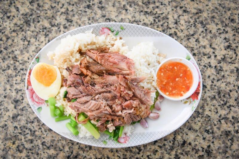 Carne de porco cozido do pé e couve chinesa com alimento chinês do estilo doce do molho do molho na placa com ovo fotografia de stock