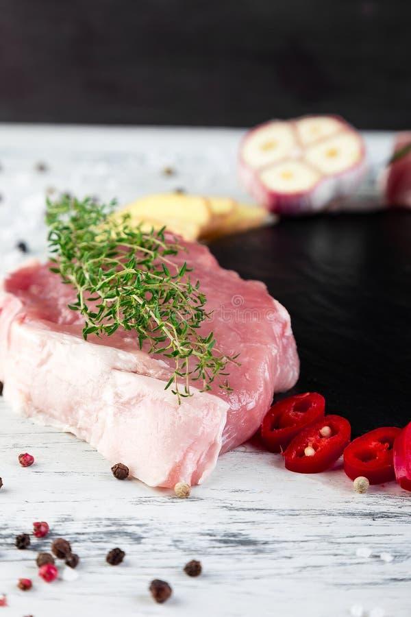 Carne de carne de porco crua com ingrediente da especiaria imagens de stock royalty free