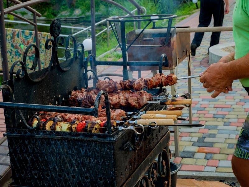 Carne de porco deliciosa grelhada no fogo, assado na natureza, cozinhando a carne foto de stock royalty free